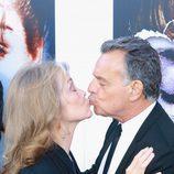 Ray Wise y Grace Zabriskie se besan en la presentación de