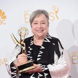 Kathy Bates posa con su Emmy 2014 a la Mejor actriz secundaria de Miniserie