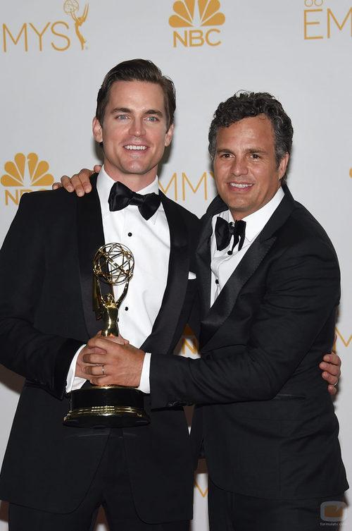Matt Bomer y Mark Ruffalo con el Emmy 2014 de 'The Normal Heart'