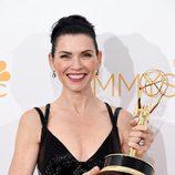 Julianna Margulies posa con su Emmy 2014 a la Mejor Actriz de Drama