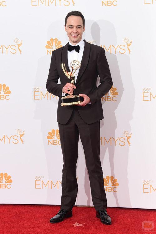 Jim Parsons posa con su Emmy 2014 al Mejor Actor de Comedia