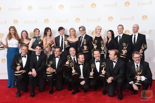 El equipo de 'Breaking Bad' posa tras conseguir el Emmy 2014 al Mejor Drama