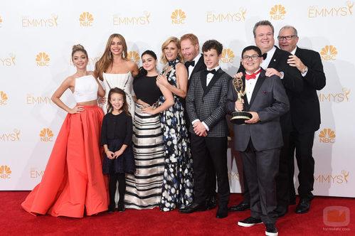 El equipo de 'Modern Family' posa con el Emmy a Mejor comedia