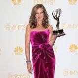 Allison Janney posa con su Emmy 2014 a Mejor actriz de reparto de comedia por 'Mom'