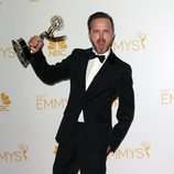 Aaron Paul con su Emmy 2014 al Mejor actor de reparto en drama por 'Breaking Bad'