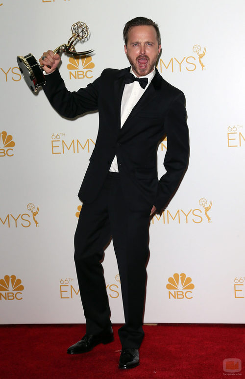 Aaron Paul con su Emmy 2014 al Mejor actor de reparto en drama por 'Breaking Bad'