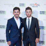 Victor Sevilla e Ignacio Montes posan en la alfombra naranja del FesTVal 2014