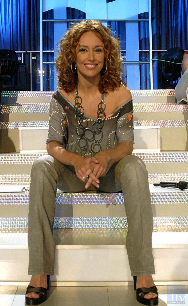 Emma García sentada en el plato de 'Mujeres y hombres y viceversa'