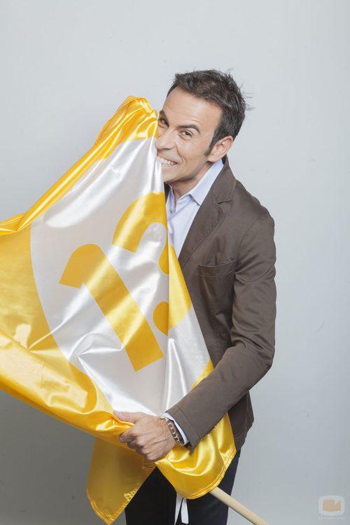 Felipe del Campo junto a la bandera del canal 13tv