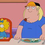 Chris Griffin con el chupete de Maggie Simpson