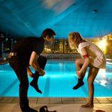 Antonio Velázquez y María Valverde en una piscina en 'Hermanos'