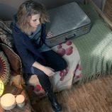 María Valverde sentada en la cama en 'Hermanos'