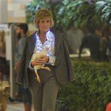 Mercedes Milá con una gallina en 'Gran Hermano 15'