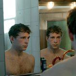 Alberto (Álvaro Cervantes) se mira al espejo