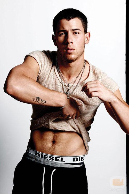Nick Jonas se quita la camiseta para Flaunt