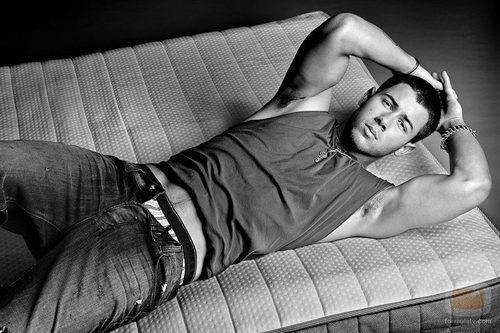 Nick Jonas tumbado en la cama