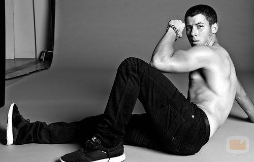 Nick Jonas con el torso desnudo