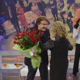 Bigote Arrocet entrega un ramo de flores a María Teresa Campos