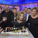 María Teresa Campos sopla las velas de la tarta del 5º aniversario de '¡Qué tiempo tan feliz!