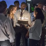 Claire Danes soplando las velas en 'Homeland'