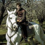 Nuño se empeña en participar en la carrera de caballos organizada por el Rey