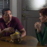 Laz Alonso y Debra Messing en la cocina en 'The Mysteries of Laura'
