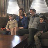 Debra Messing, Josh Lucas y los gemelos en 'The Mysteries of Laura'
