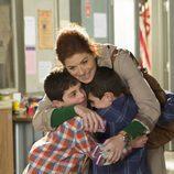 Debra Messing con los gemelos en 'The Mysteries of Laura'