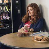 Debra Messing desayunando en 'The Mysteries of Laura'
