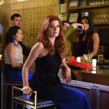 Laura Diamond con traje de noche en 'The Mysteries of Laura'