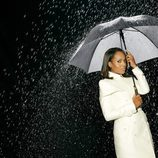 Kerry Washington con un paraguas
