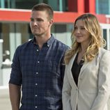 Stephen Amell y Katie Cassidy en 'Arrow'