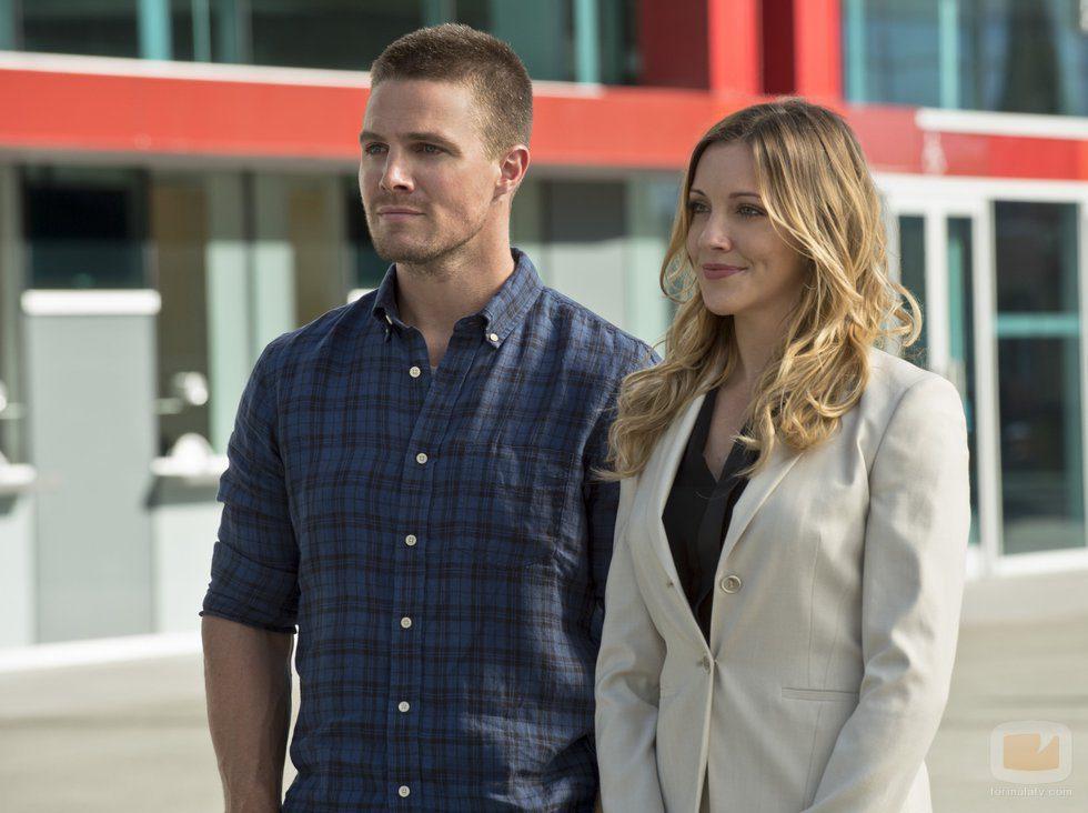 Stephen Amell y Katie Cassidy en 'Arrow'