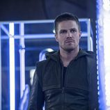 Oliver Queen en su guarida secreta en 'Arrow'