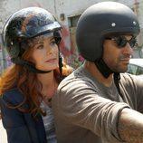 Debra Messing en moto en 'The Mysteries of Laura'