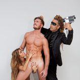 Tony Spina, desnudo mientras Oriana tapa su miembro