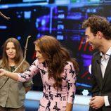 Paula Echevarría y Peter Vives con un mono en 'El hormiguero'