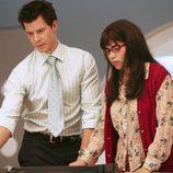 Eric Mabius y America Ferrera en el capítulo 'Reina por un día' de la serie 'Ugly Betty'