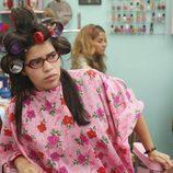 La actriz America Ferrera, con los rulos puestos en 'Ugly Betty'