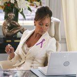 Vanessa Williams con un lazo rosa