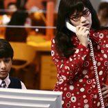 La actriz America Ferrera habla por teléfono en 'Ugly Betty'