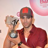 Enrique Iglesias muestra su premio MTV EMA 2014