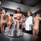 Santi Millán desnudo en la cocina