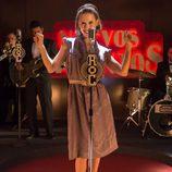 Luisa canta en el concurso de la radio en 'Velvet'