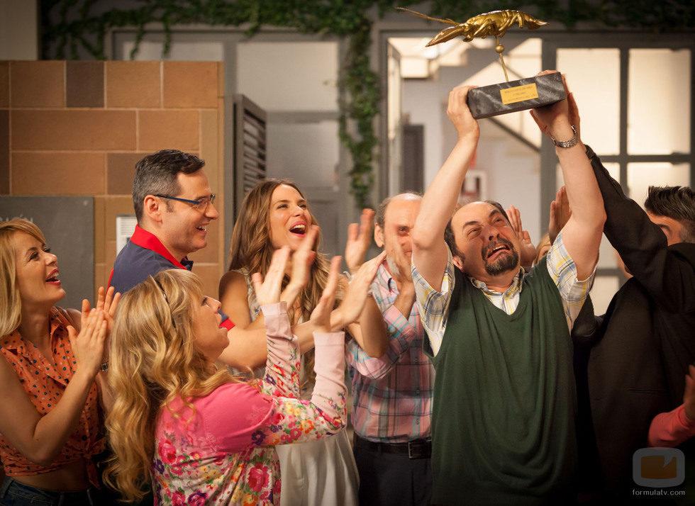 Los vecinos de Montepinar celebran la victoria de Antonio Recio en el capítulo 100 de 'La que se avecina'