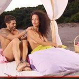 Paco da un masaje a Rachel en 'Adán y Eva'