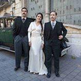 Los actores principales de 'Habitaciones cerradas' posando delante de un coche de epoca