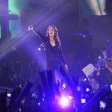 Malú en plena actuación en los Premios 40 Principales 2014