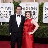 Andrew Rannells y Lena Dunham en los Globos de Oro 2015