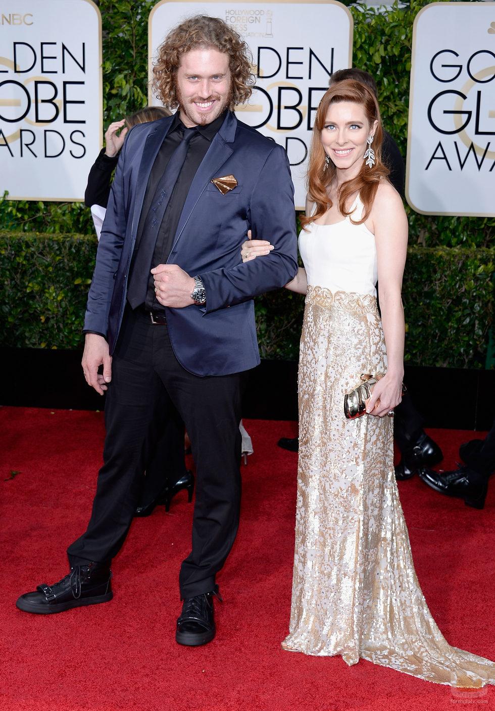 Tj Miller y Kate Gorney en los Globos de Oro 2015